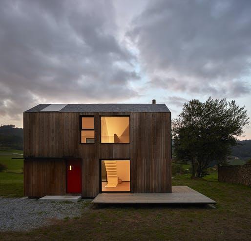 Casa pré-moldada de dois andares.