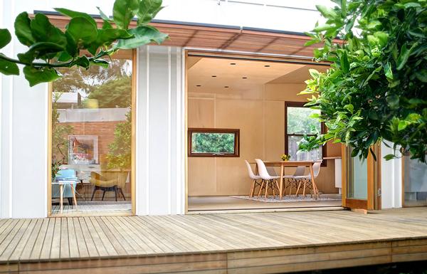 Casa pré-moldada com jardim.