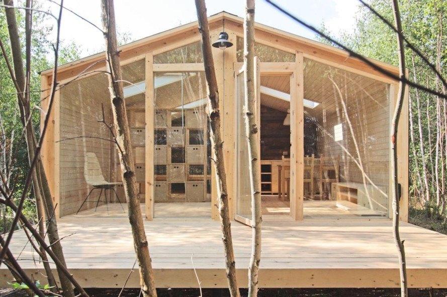Casa pré-moldada de madeira e vidro.