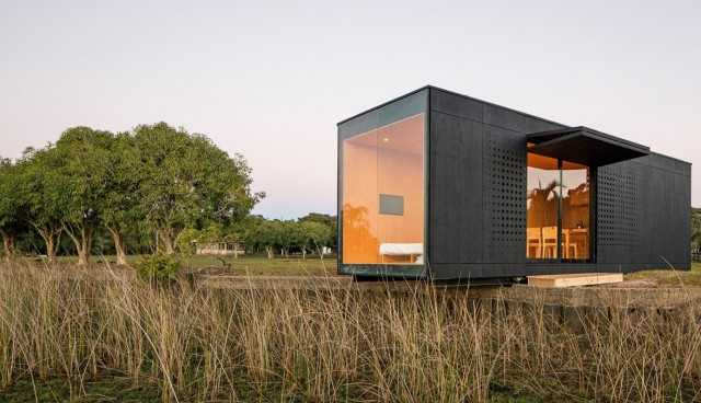Casa pré-moldada preta.
