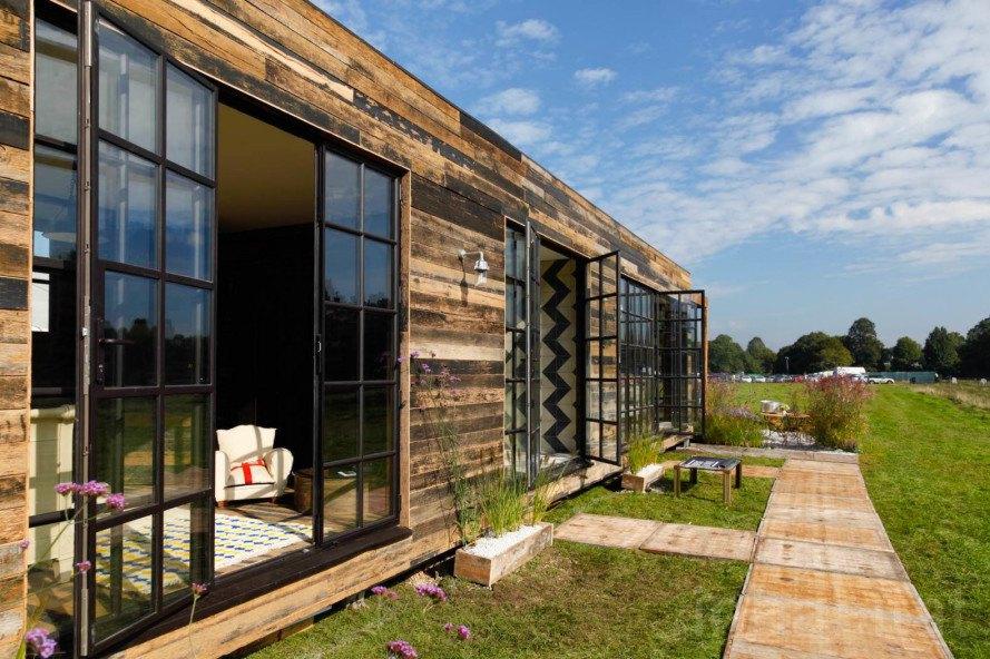 Casa pré moldada revestida com madeira.