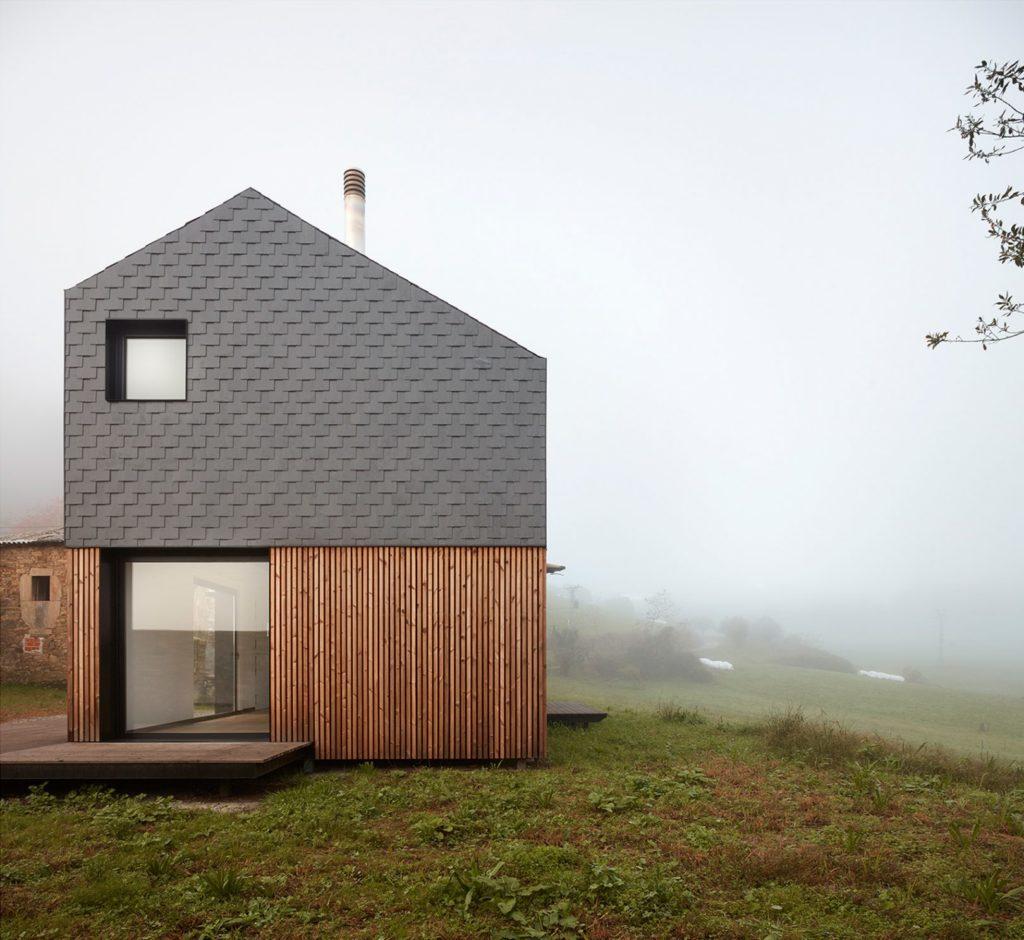 Casa pré-moldada alta.