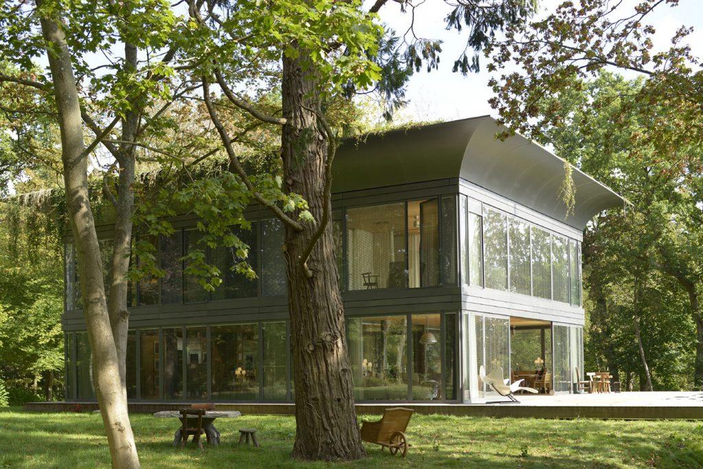 Casa pré-moldada de ferro e vidro.