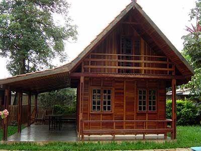 Casas de madeira com varandinha aconchegante.