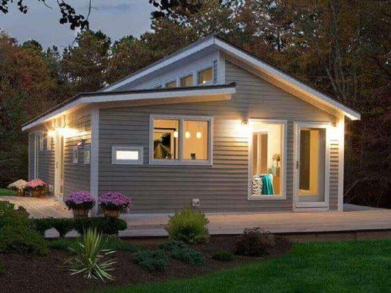 Casas de madeira com pintura.