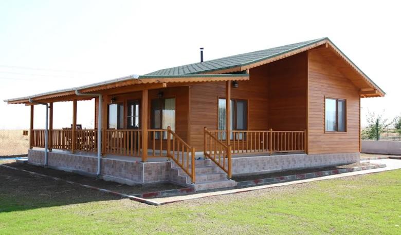 Varanda é protagonista nesta casa de madeira.