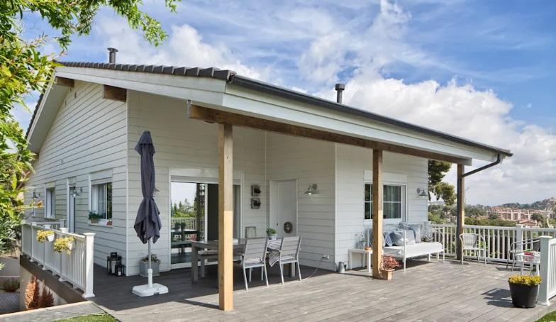 Casas de madeira com pintura clara.