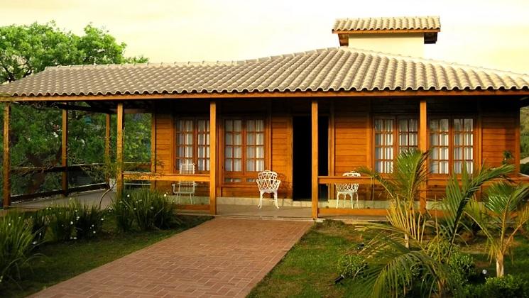Varandinha é o hall de entrada dessa casa de madeira.
