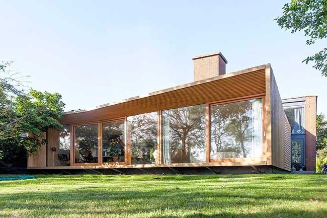 Casas de madeira modernas trazem a volumetria e vidro.