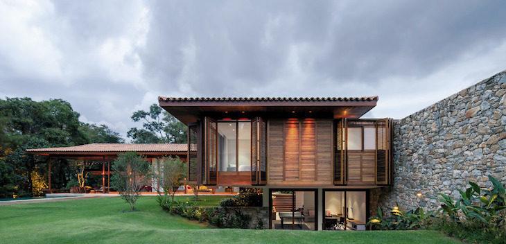 Casa de madeira dribla desnível de terreno.