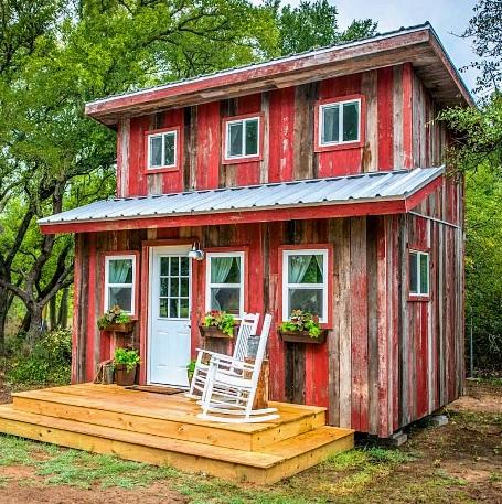 Casa de madeira rústica com pintura desgastada.