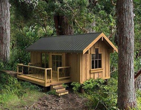 Casa de madeira pequena e rústica.