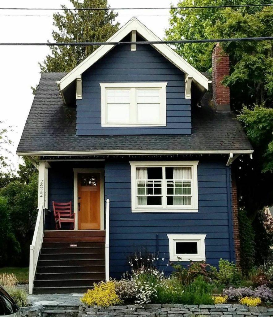 Casa de madeira com paredes coloridas.