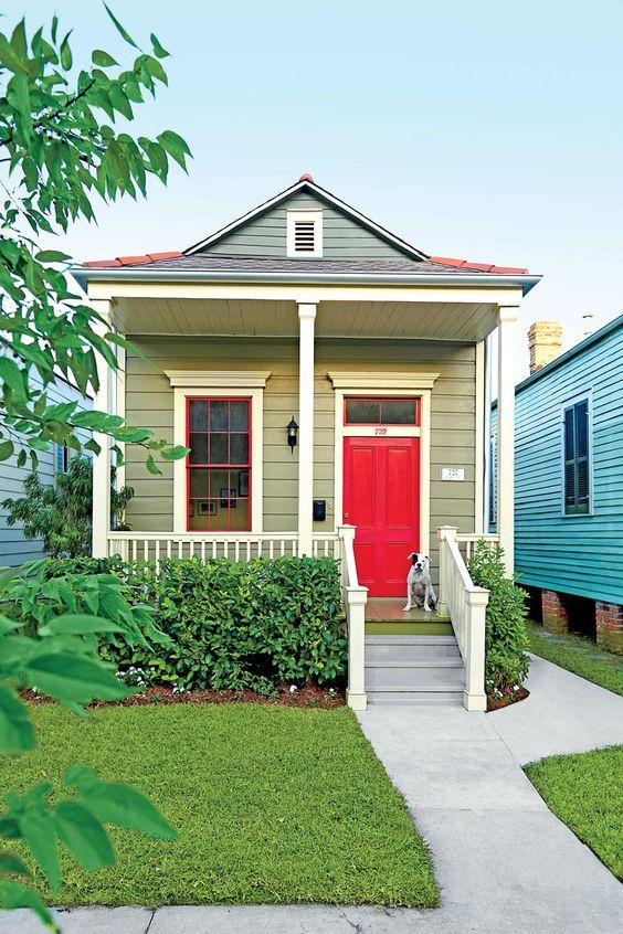 Casa com paredes coloridas.