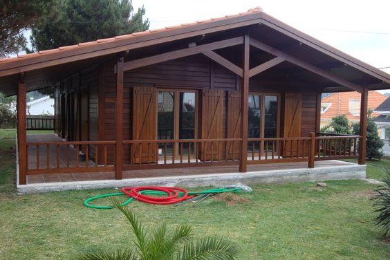 Casas de madeira trazem uma atmosfera rústica.