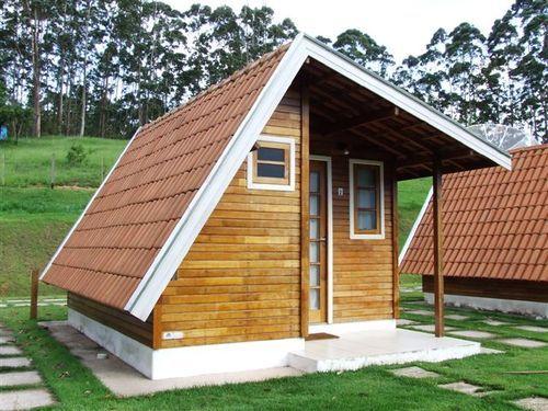 Casa de madeira com arquitetura diferente.