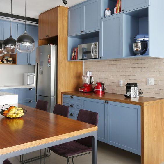 Cozinha decorada com armário azul combinando com a batedeira.
