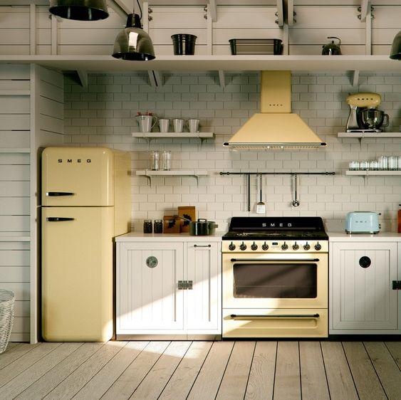 Decoração de cozinha com eletrodomésticos da mesma cor.
