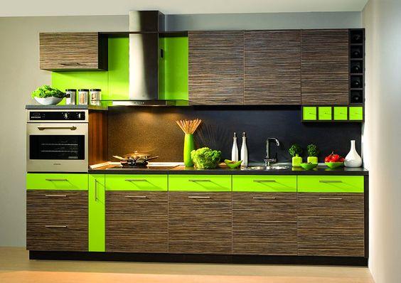 Armário de cozinha com detalhes verdes e utensílios na mesma cor.
