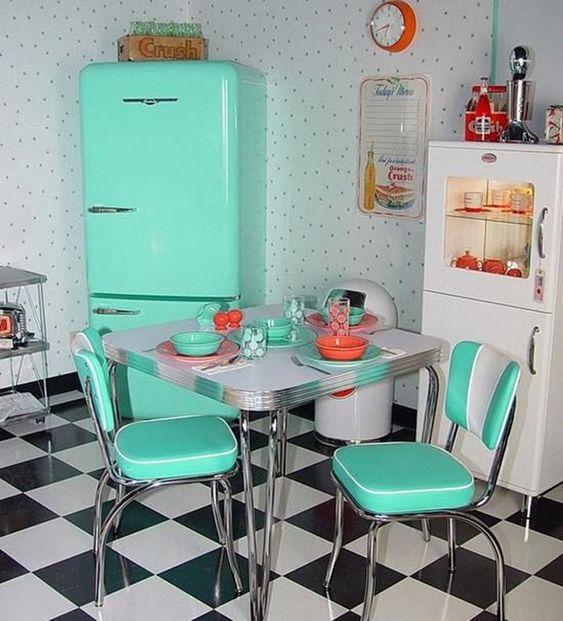 Decoração de cozinha com geladeira e cadeiras retrô na mesma cor.