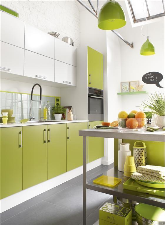 Cozinha decorada com portas de armário, utensílios e lustres verdes.