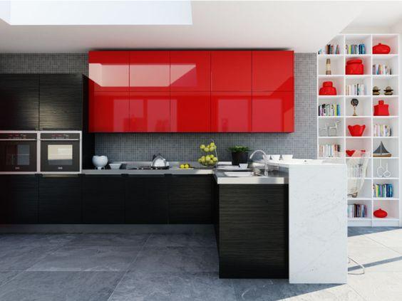 Decoração de cozinha com armários superiores em vermelho combinando com artigos decorativos de uma prateleira.