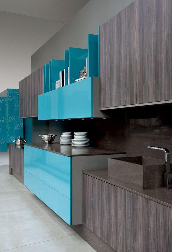 Decoração de cozinha com armário cinza e algumas portas azuis.