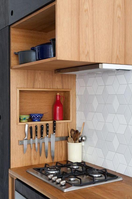 Decoração de cozinha com nicho embutido ao lado do fogão e imã para facas.