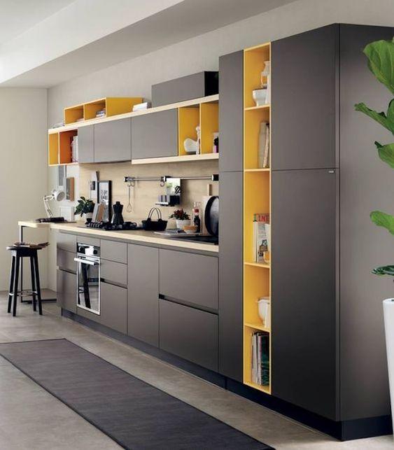 Decoração de cozinha com nichos amarelos.