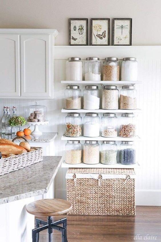 Decoração de cozinha com prateleiras e potes iguais e cesto organizador.