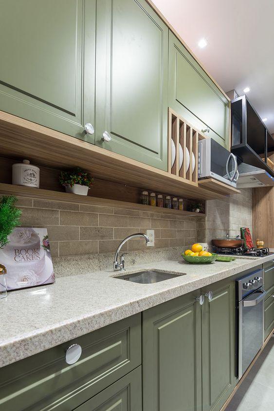 Decoração de cozinha com pequena prateleira embaixo do armário e nichos para pratos.