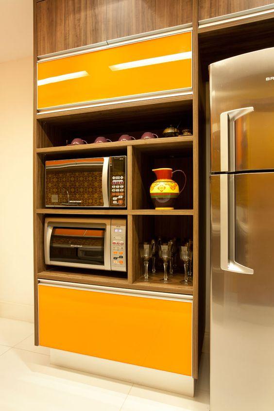 Cozinha decorada com portas de armário amarelas.