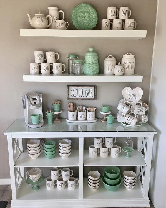 Decoração de cozinha com coffe bar nas cores verde claro e branco.