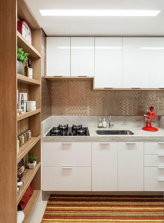 Decoração de cozinha com nichos e prateleiras de madeira.