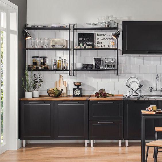 Decoração de cozinha com prateleiras iluminadas pretas.