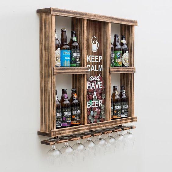 Bar feito de madeira com espaço para colocar tampas de garrafas e taças.