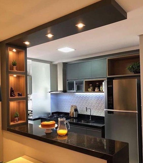 Decoração de cozinha com nichos iluminadas e iluminação de LED.