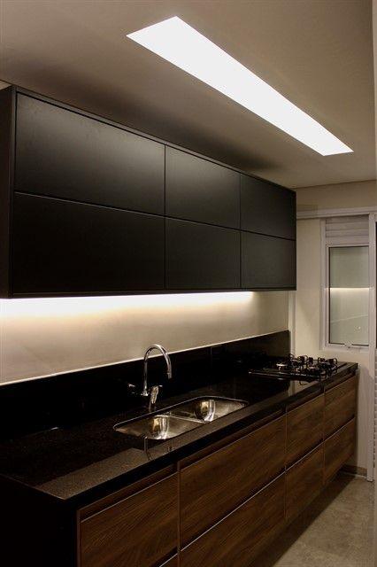Iluminação embaixo dos armários e uma grande entrada de luz do teto.