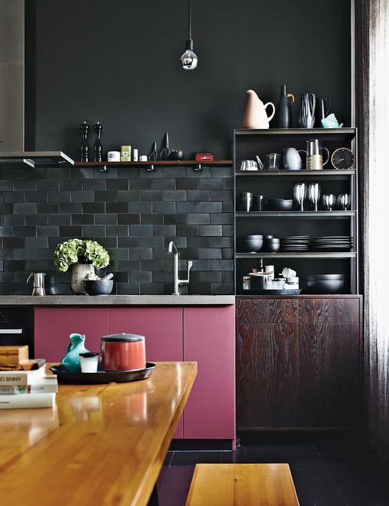 Decoração de cozinha preta com portas de armário roxas.