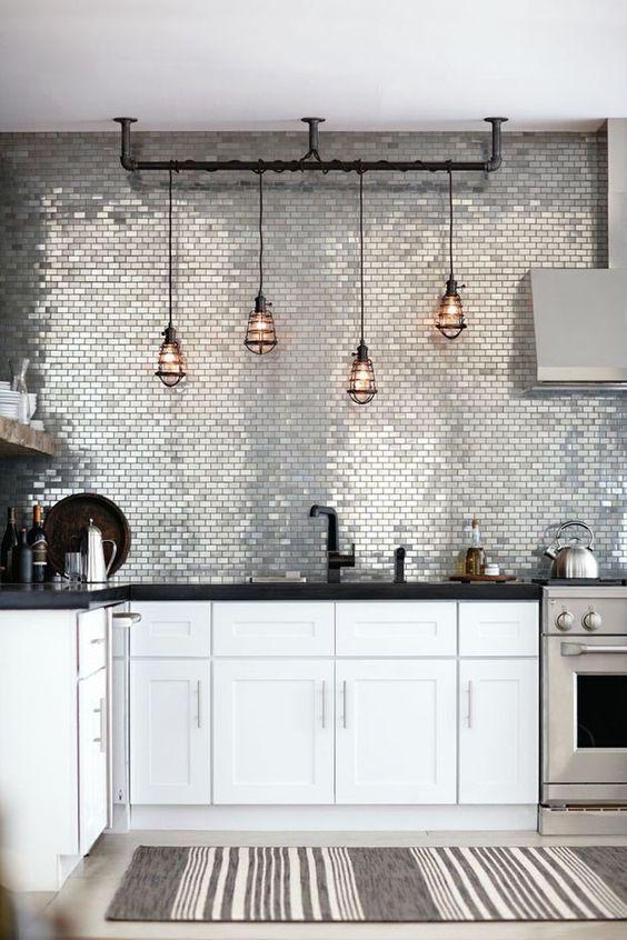 Decoração de cozinha com quatro luminárias suspensas.