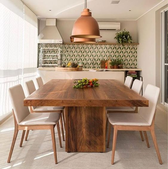 Decoração de cozinha com dois grandes lustres em cima da mesa.