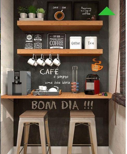 Decoração de cozinha com parede de lousa, quadrinhos nas prateleiras e três pequenos vasos de planta.