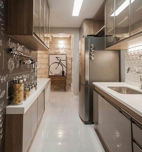 Parede de lousa e quadro em cozinha decorada.