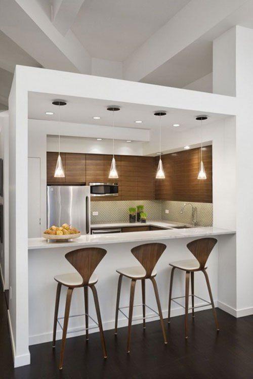 Decoração de cozinha com três bancos de madeira com encosto moderno.