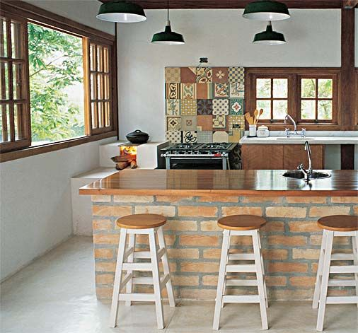Cozinha decorada com três bancos simples de madeira sem encosto.