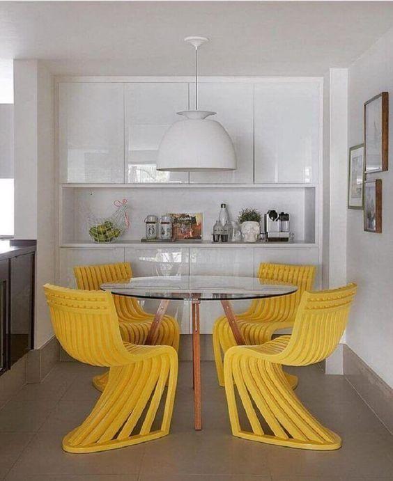 Decoração de cozinha com cadeiras modernas e exóticas amarelas.