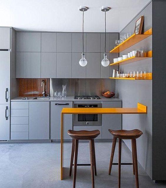 Decoração de cozinha com mesa e prateleiras laranja.