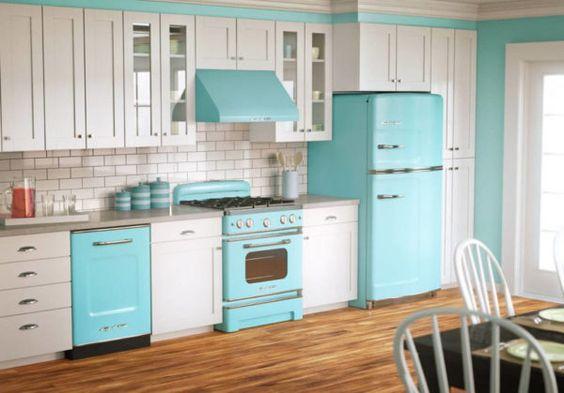 Decoração de cozinha com eletrodomésticos azuis e armários brancos.