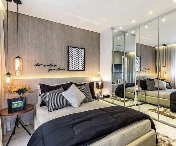 Decoração de apartamento pequeno com guarda-roupas espelhado em quarto de casal.