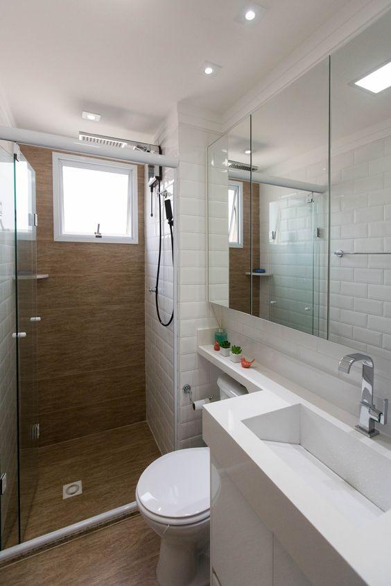 Banheiro pequeno com iso amadeirado e pia moderna.